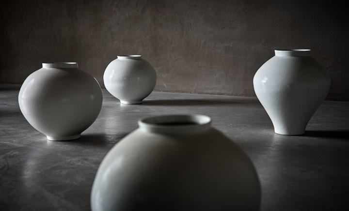 Exhibition view: Kwon Dae-Sup, Moonjars, Axel Vervoordt Gallery, Wijnegem (14 April–2 June 2018). Courtesy Axel Vervoordt Gallery.