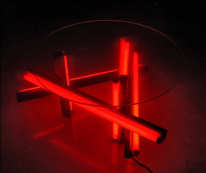 Iván Navarro, Anarchy Table (2004). Fluorescent light, colour sleeves, glass, metal fixtures and electric energy. 62.23 x 109.22 x 121.92 cm). Courtesy the artist.