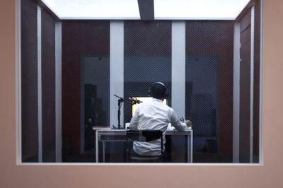 """余政达,《我不想Hold住全场,但这是工作—改编自与林育淳的访谈》,2016。展览现场:典藏实验展""""舞弄珍藏"""",台北市立美术馆(2016年5月28日至10月2日)。图片提供:艺术家。"""