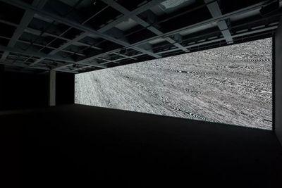 """池田亮司,《符码-诗》,2018。展览现场:""""池田亮司个展"""",台北市立美术馆(2019年8月10日至11月17日)。图片提供:池田亮司、台北市立美术馆。摄影:吕国玮。"""