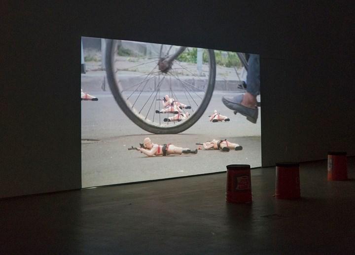 Hu Weiyi, Keep Crawling (2018). Exhibition view: Dialogue Between Hu Weiyi and Joshua Okón, Condo Shanghai, Don Gallery hosting Ghebaly Gallery (7 July–26 July 2018). Courtesy Don Gallery