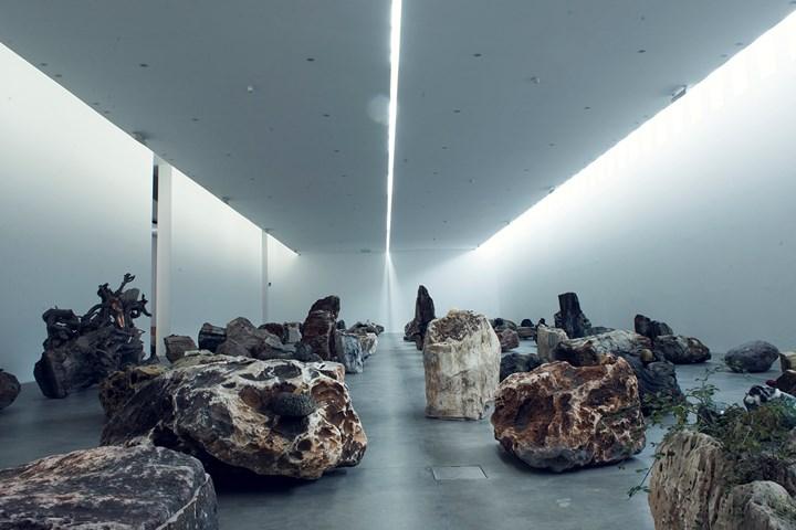 Adrián Villar Rojas, Rinascimento (2015). Exhibition view: Adrián Villar Rojas: Rinascimento, Fondazione Sandretto Re Rebaudengo, Turin (4 November – 28 February 2016). Photo: Paolo Saglia.