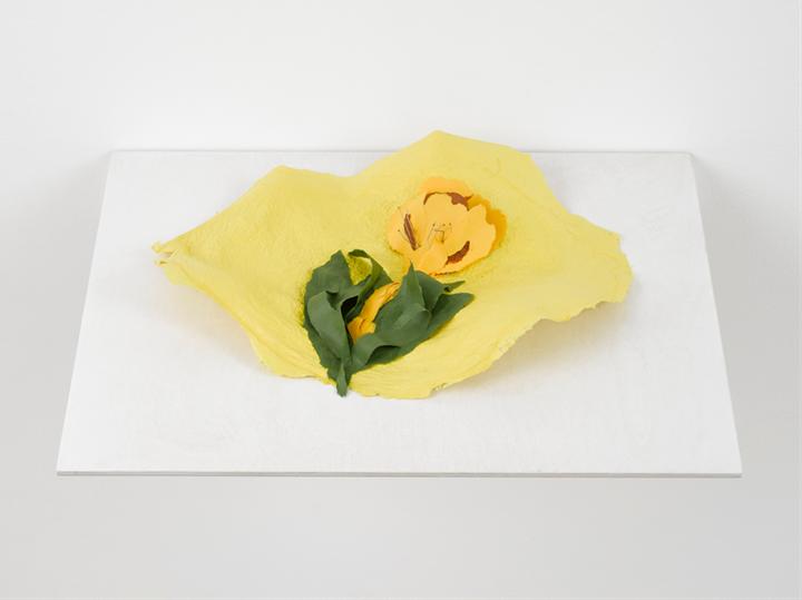 Lili Dujourie, Ballade – Primula (2011). Paper-mâché. 33 x 44 x 7 cm. Courtesy Richard Saltoun Gallery.