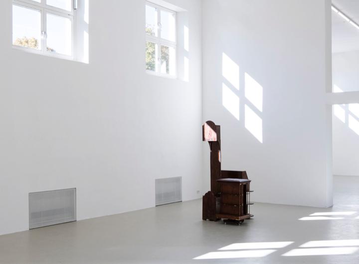 Zac Langdon-Pole, Punctatum (2017). Exhibition view: Ars Viva 2018, Kunstverein München, Ghent (7 October–19 November 2017). Courtesy the artist, Michael Lett Gallery, and STATION Gallery. Photo: Kunstverein München.