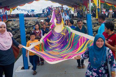 Semporna Lepa Regatta April 2019, the public escort a woven mat by Yee I-Lann and her collaborators to the festival marina.