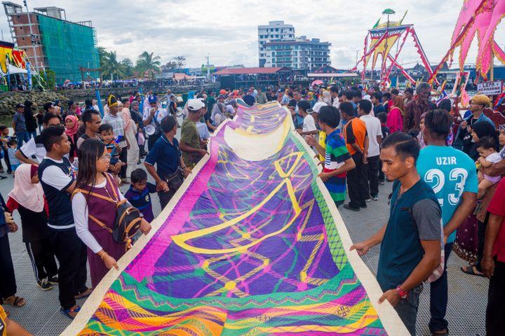 Semporna Lepa Regatta April 2019, the public escort a colourful woven mat by Yee I-Lann and her collaborators to the festival marina.