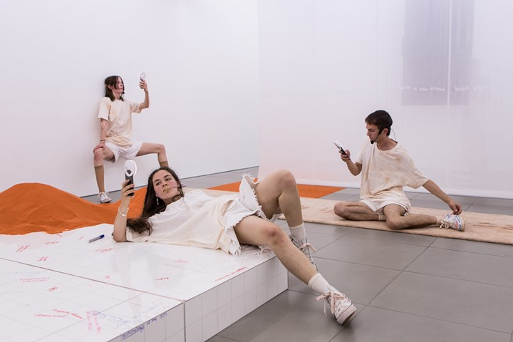 Dorota Gawęda & Eglė Kulbokaitė, YGRG14X: reading with the single hand V (2018). Performance view: Cell Project Space, London (7 June 2018–22 July 2018). Courtesy Cell Project Space.