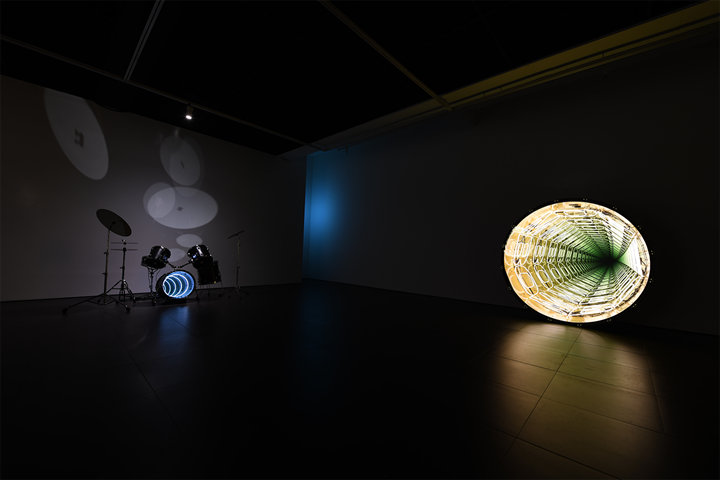 Iván Navarro, Drums (2009). Neon light, one-way mirror, plywood, metal and electric energy. 121.9 x 121.9 x 121.9 cm; Bomb, Bomb, Bomb (Matte Black and Warm White) (2014). Neon, drum, one-way mirror, mirror and electric energy. 182.9 x 81.3 cm (left to right). Exhibition view: The Moon in the Water, Gallery Hyundai, Seoul (20 April–3 June 2018). Courtesy Gallery Hyundai, Seoul.
