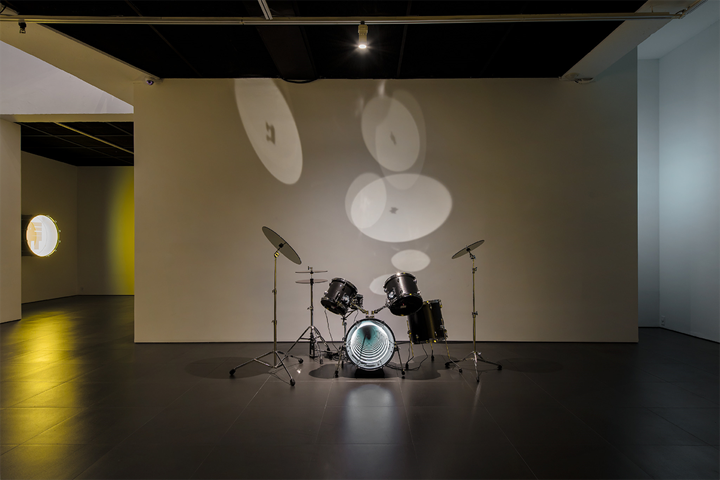 Iván Navarro, Drums (2009). Neon light, one-way mirror, plywood, metal and electric energy. 121.9 x 121.9 x 121.9 cm. Exhibition view: The Moon in the Water, Gallery Hyundai, Seoul (20 April–3 June 2018). Courtesy Gallery Hyundai, Seoul.
