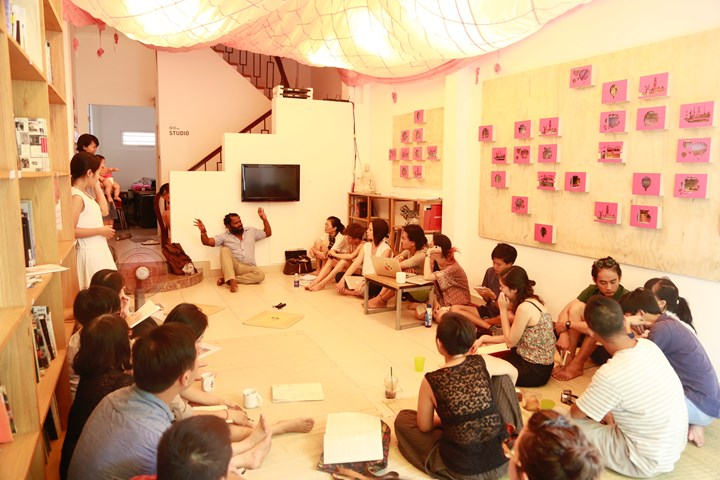 Writer and musician, Ntone Edjabe, conducting workshops on transparency and opacity at Sàn Art, as part of the 'Encounter' lecture and workshop series of Conscious Realities (April 2015). Courtesy Sàn Art.