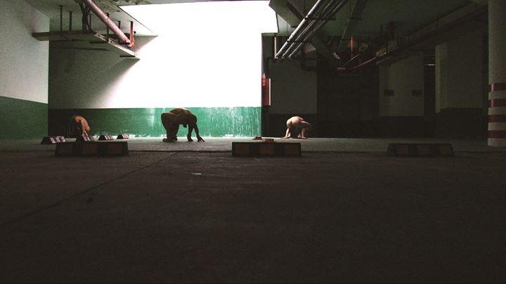 Li Ming, Luoge Luoge Luoge (2010) (still). Single-channel video with sound. 8 min 40 sec. Courtesy the artist and Eli Klein Gallery.