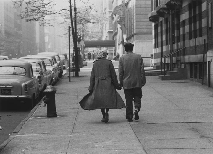 Roy DeCarava, Couple walking, Park Avenue (1960). © 2019 Estate of Roy DeCarava. All rights reserved. Courtesy David Zwirner.