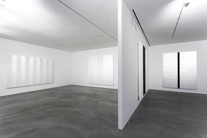 Exhibition view: Mary Corse, Pace Gallery, H Queen's, Hong Kong (26 March–11 May 2019). © Mary Corse. Courtesy Pace Gallery. Photo: Boogi Wang.
