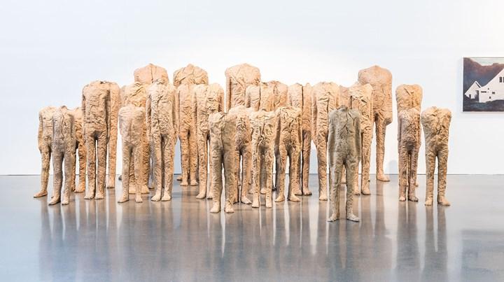 Magdalena Abakanowicz, 30 Standing Figures (1990–2000). Exhibition view: Beck & Eggeling, Art Düsseldorf (17–19 November 2017). Courtesy Art Düsseldorf. Photo: Sebastian Drüen.