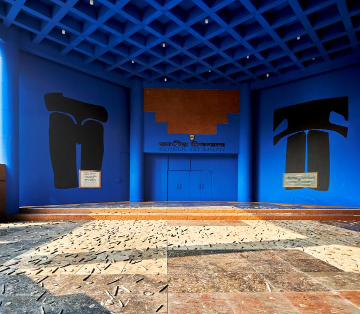 Adrián Villar Rojas, New Mutants (2017–2020). Moroccan marble floor tiles encrusted with Devonian period micro Ammonite and Goniatites fossils; blue chroma key paint, plant-based pigments (indigo, sindoor, alta), gouache; sand; and coal, on aggregate rammed earth walls. Exhibition view: Seismic Movements, Dhaka Art Summit, Shipakala Art Academy (7–15 February 2020). Commissioned and produced by Samdani Art Foundation for DAS 2020. Courtesy the artist, Samdani Art Foundation, Marian Goodman Gallery, and kurimanzutto. Photo: Randhir Singh.