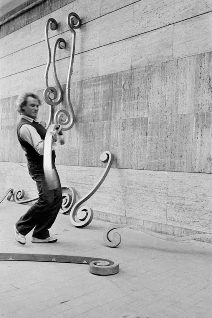 Eliseo Mattiacci, Roma, Acione all'Isola Tiberina, Rome, Italy (1980–1981). © Eliseo Mattiacci. Courtesy Richard Saltoun Gallery. Photo: M. Sereni.