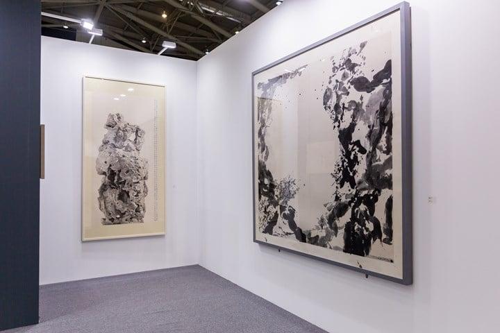 Tso Gallery, Taihu Rock in Zhou Garden (2014); Zao Wou, Untitled (1985) (left to right). Exhibition view: Tso Gallery, Taipei Dangdai (18–20 January 2019). Courtesy Taipei Dangdai.
