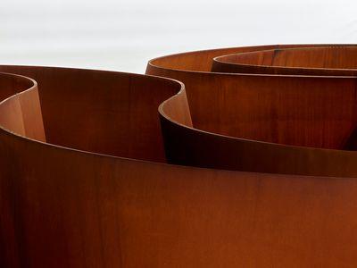 Richard Serra, Transmitter (2020) (detail). Weatherproof steel. 40 x 177 x182 cm. Plates: 5 cm. © 2021 Richard Serra / Artists Rights Society (ARS), New York.