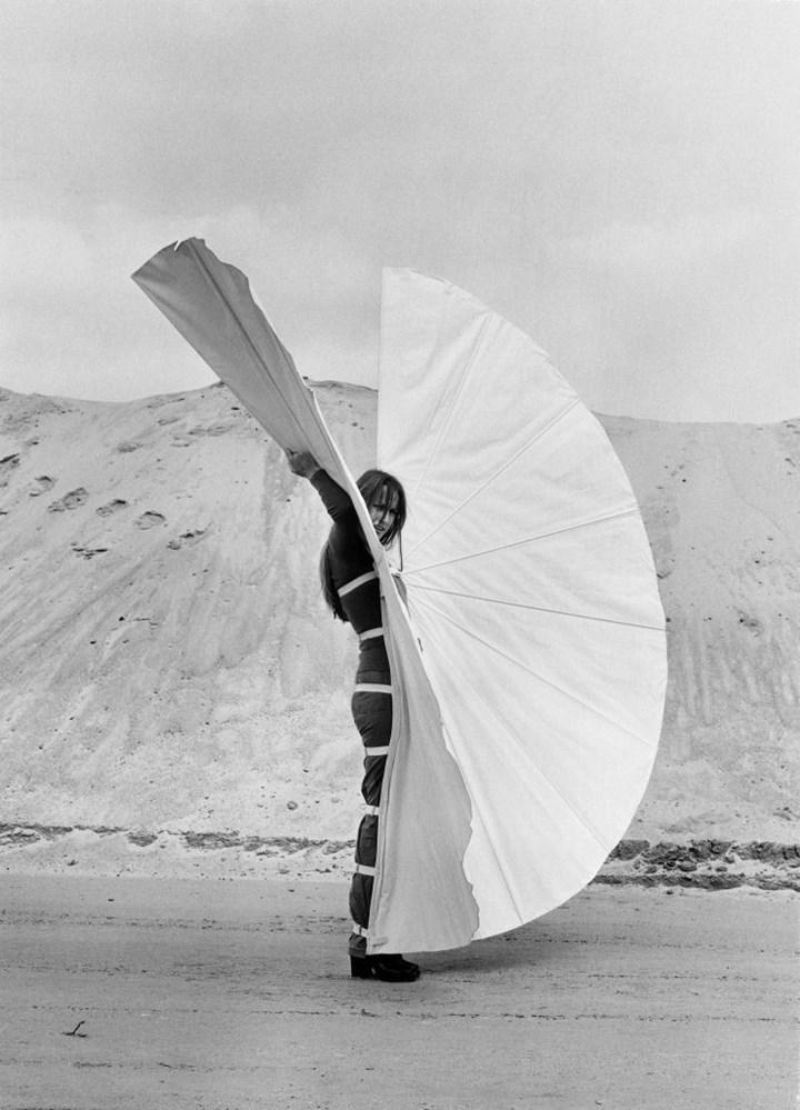 Rebecca Horn, White Body Fan (1972). Courtesy Rebecca Horn Collection.