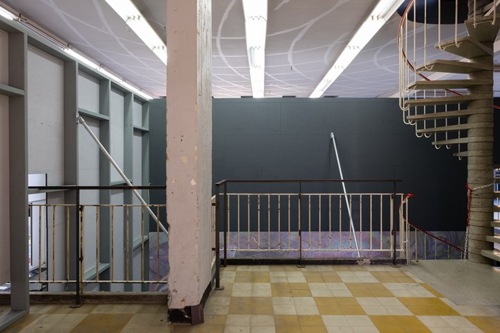 Olivier Goethals, extra muur (2018). Spatial installation. Exhibition view: Extra States: Nations in Liquidation, Kunsthal Extra City, Antwerp (22 September–16 December 2018). Courtesy Kunsthal Extra City. Photo: Tomas Uyttendaele.
