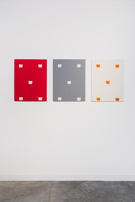 Empreintes de pinceau n°50 à intervalles régulières (30cm): ABC - trois cartons plume by Niele Toroni contemporary artwork