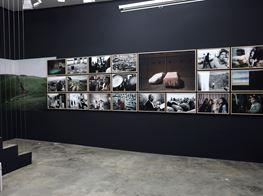 "Simon Chang<br><em>Shepherds and the Slaughterhouse</em><br><span class=""oc-gallery"">Galerija Fotografija</span>"