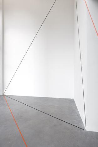 Exhibition view:Fred Sandback, Galerie Thomas Schulte, Berlin (25 July–29 August 2020). Courtesy Galerie Thomas Schulte. Photo:Jonas Weichsel.