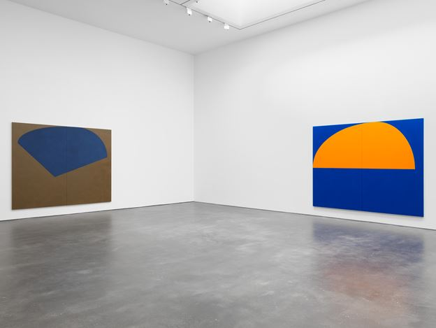 Exhibition view: Suzan Frecon, oil paintings, David Zwirner, 20th Street, New York (10 September–17 October 2020). Courtesy David Zwirner.