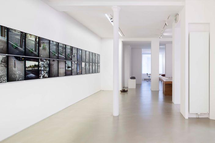 Exhibition view: Jean-Luc Moulène,  La Vigie (extraits), Paris, 2004-2011 / Plant, Paris, 2002 / Contre-ciel, Paris, été 2005 / La victoire de Bercy, Paris, mai 2007 / Stomac, San Rafael-Tlaquepaque, 2018, Galerie Chantal Crousel, Paris (18 April–18 May 2019). © Jean-Luc Moulène / ADAGP, Paris (2019). Courtesy the artist and Galerie Chantal Crousel, Paris. Photo: Martin Argyroglo.