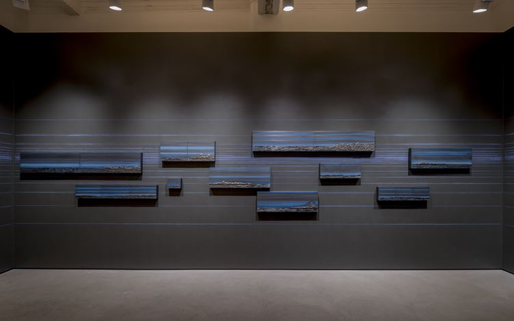 Exhibition view: Teresita Fernández,Rise and Fall, Lehmann Maupin, Hong Kong (26 October-16 December 2017). Courtesy the artists and Lehmann Maupin, New York and Hong Kong. Photo: Kitmin Lee.