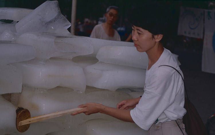 Yin Xiuzhen, Washing River (1995). Performance, Chengdu. Betsy Damon Archive: Keepers of the Waters, Asia Art Archive Collection. Courtesy the artist.