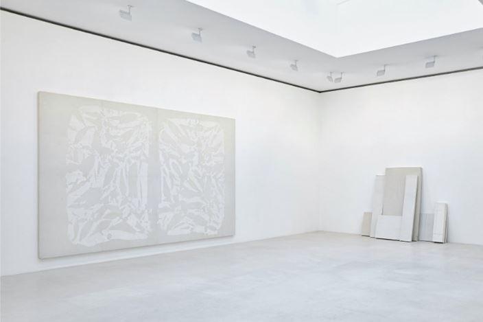 Exhibition view: Group Exhibition,Blanc sur Blanc, Gagosian, Paris (16 January–7 March 2020). Artwork, left to right: © Archives Simon Hantaï/ADAGP, Paris; © Rachel Whiteread. Courtesy Gagosian. Photo: Thomas Lannes.