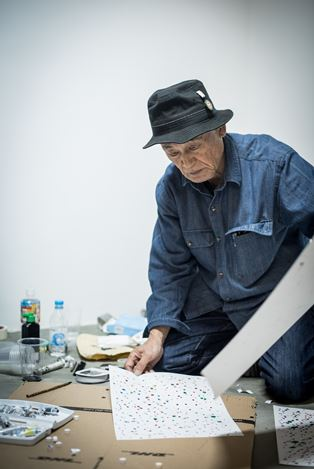Sadaharu Horio at work in the live performance took place at Axel Vervoordt Gallery Hong Kong, provided an inside view of his creation process. Image courtesy Axel Vervoordt Gallery.