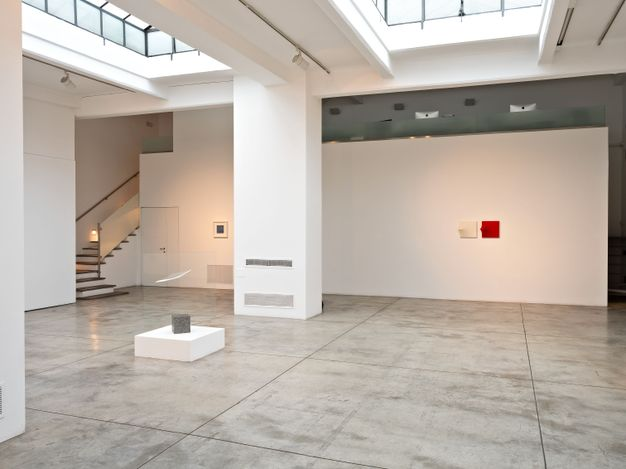 Exhibition view: Agostino Bonalumi, Small Gems, Cardi Gallery, Milan (25 May–6 August 2021). Courtesy Cardi Gallery.