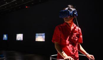 陶亚伦的幽灵复茧:虚拟真实的增生与织覆运动