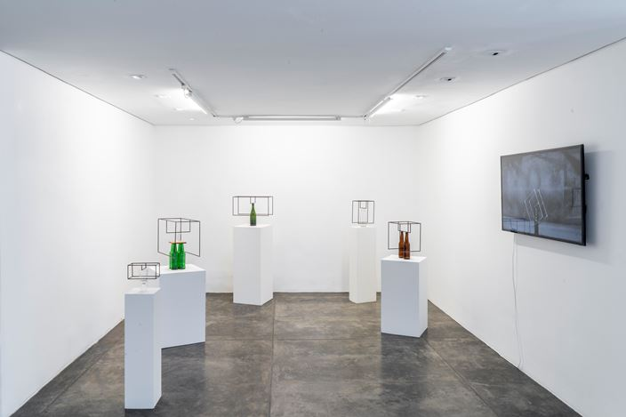 Exhibition view: Raul Mourão, Introducao a teoria dos opostos absolutos, Galeria Nara Roesler, São Paulo (27 May–20 July 2019). Courtesy the artist and Galeria Nara Roesler. Photo: © Erika Mayumi.