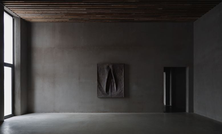Exhibition view: Tsuyoshi Maekawa, Axel Vervoordt Gallery, Antwerp (7 March–20 June 2020). Courtesy Axel Vervoordt Gallery.