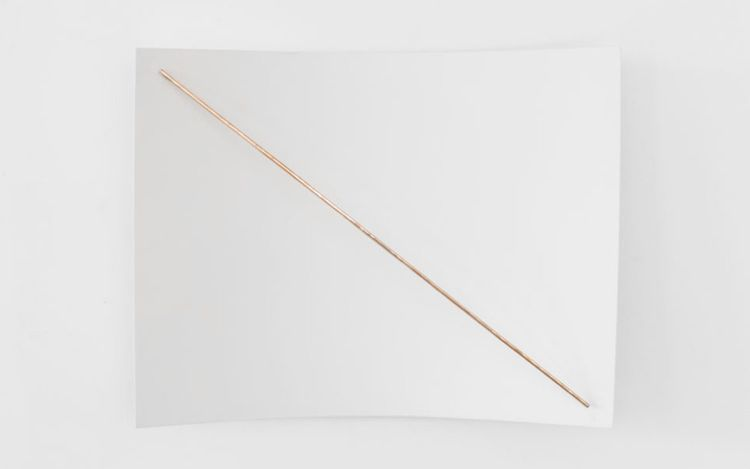 Germaine Kruip, 1.37:1 Resonance, diagonal (high) (2021). Wooden panel, painted in white; polished brass beam; beater. 50 x 66 x 17 cm. Courtesy Axel Vervoordt Gallery.