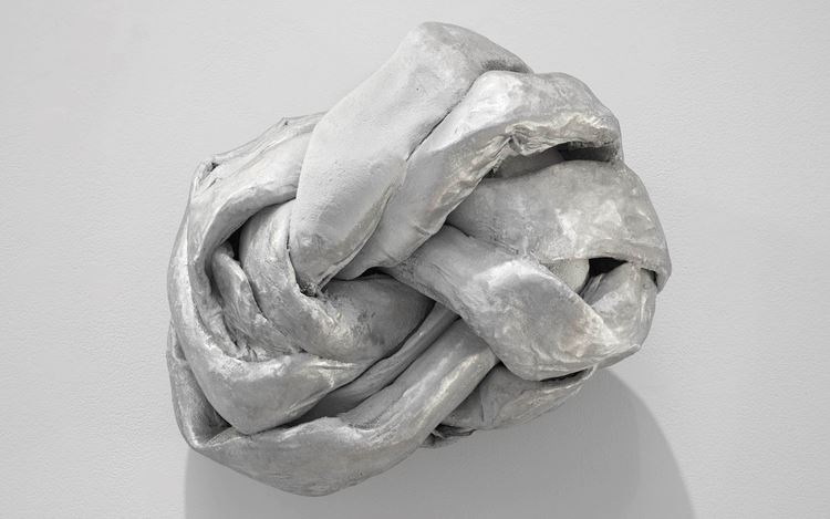 Lynda Benglis, KILO (1973–1974). Aluminium wire mesh, cotton bunting, plaster, sprayed zinc, aluminium. 45.7 x 63.5 x 43.2 cm. Courtesy Cheim & Read.