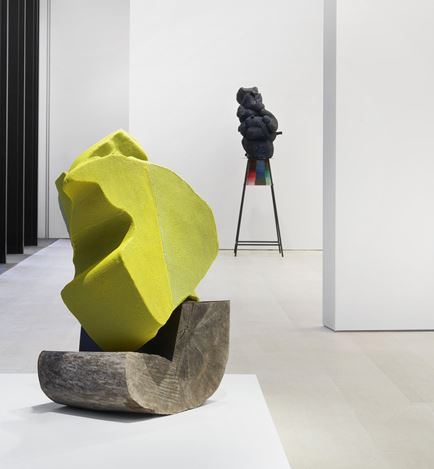Exhibition view: Arlene Shechet, Skirts, Pace Gallery, New York (28 February–14 August 2020). © Arlene Shechet. Courtesy Pace Gallery.