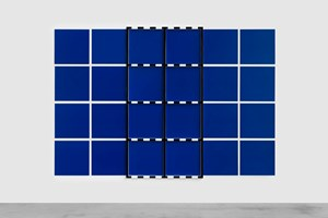 (Sans titre) 2 Châssis noir sur dispositif bleu et blanc by Daniel Buren contemporary artwork