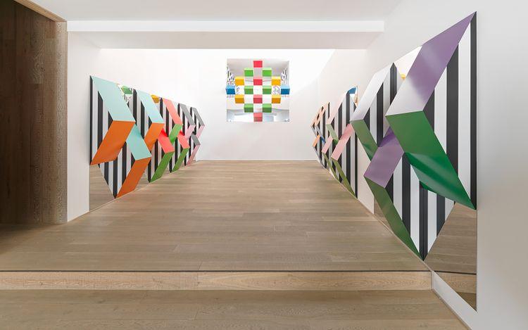 Daniel Buren, Prismes et miroirs : Haut-relief - DBPF-17, travail situé (2020). Acrylic, vinyl sticker on aluminium Alucobond. 225 × 225 × 39.15 cm. Courtesy the artist and Xavier Hufkens, Brussels. Photo:HV-studio.
