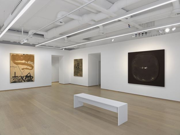Exhibition view: Antoni Tàpies, Pace Gallery, Geneva (8 November 2019–10 January 2020). © Fundació Antoni Tàpies / Artists Rights Society (ARS), New York / VEGAP, Madrid.