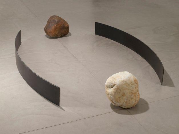 Lee Ufan,Relatum - expansion place (2008). Steel, stone. 25.4 x 221 x 26.7 cm, 2 steel plates, each; 38.1 x 45.7 x 40.6 cm, dark stone; 38.1 x 38.1 x 30.5 cm, light stone. © ADAGP, Paris and DACS, London 2021. Courtesy Pace Gallery.