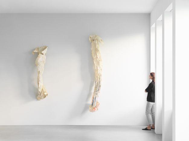 Exhibition view: Lynda Benglis,Nœuds et nus,Xavier Hufkens,Van Eyck (9 September–16 October 2021). Courtesy Xavier Hufkens, Brussels. Photo: Allard Bovenberg.