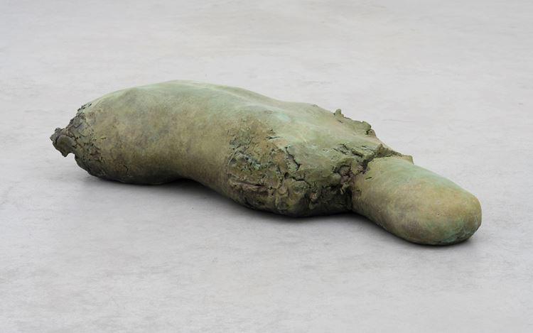 Mark Manders, Patinated Torso(2019–2020). Patinated bronze.23.5 x 119.6 x 41.5 cm. Courtesy Zeno X Gallery.