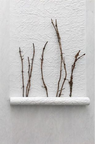 Giuseppe Penone, Impronte di corpi nell'aria (Bodies Imprinted in the Air) (2021). White carrara marble and bronze. 100 x 150 x 14 cm.© 2021 Giuseppe Penone / Artists Rights Society (ARS), New York / ADAGP, Paris. Courtesy Gagosian.