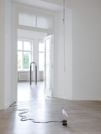 Exhibition view: Nina Canell, Dits Dahs, Galerie Barbara Wien, Berlin (9 September–7 November 2020). Courtesy Barbara Wien Gallery.