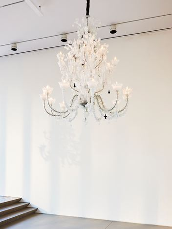 Exhibition view: Fred Wilson, Chandeliers, Pace Gallery, New York (14 September–12 October 2019). Courtesy Pace Gallery.