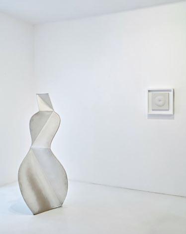 Exhibition view: Group Exhibition,Blanc sur Blanc, Gagosian, Paris (16 January–7 March 2020). Artwork, left to right: © 2015 Estate of John Mason. All Rights Reserved; © Agostino Bonalumi/ADAGP, Paris, 2020. Courtesy Gagosian. Photo: Thomas Lannes.